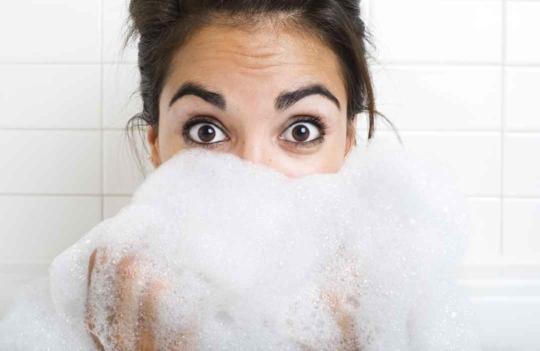Femme avec du savon devant le visage