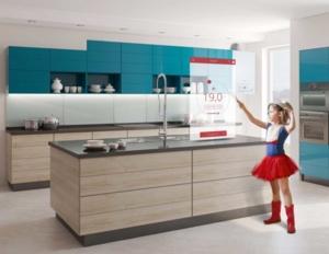 Image d'une fille dans une cuisine