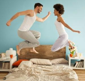 Couple qui saute sur un lit
