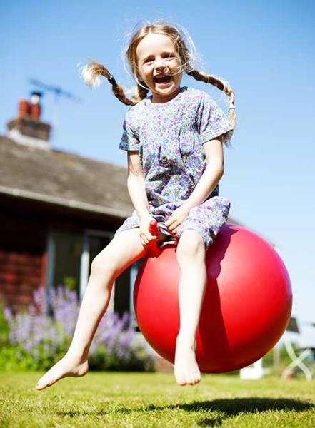 Image d'une fille qui saute sur un ballon