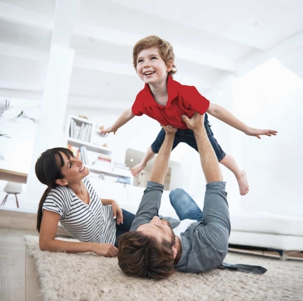 Couple et enfant qui jouent