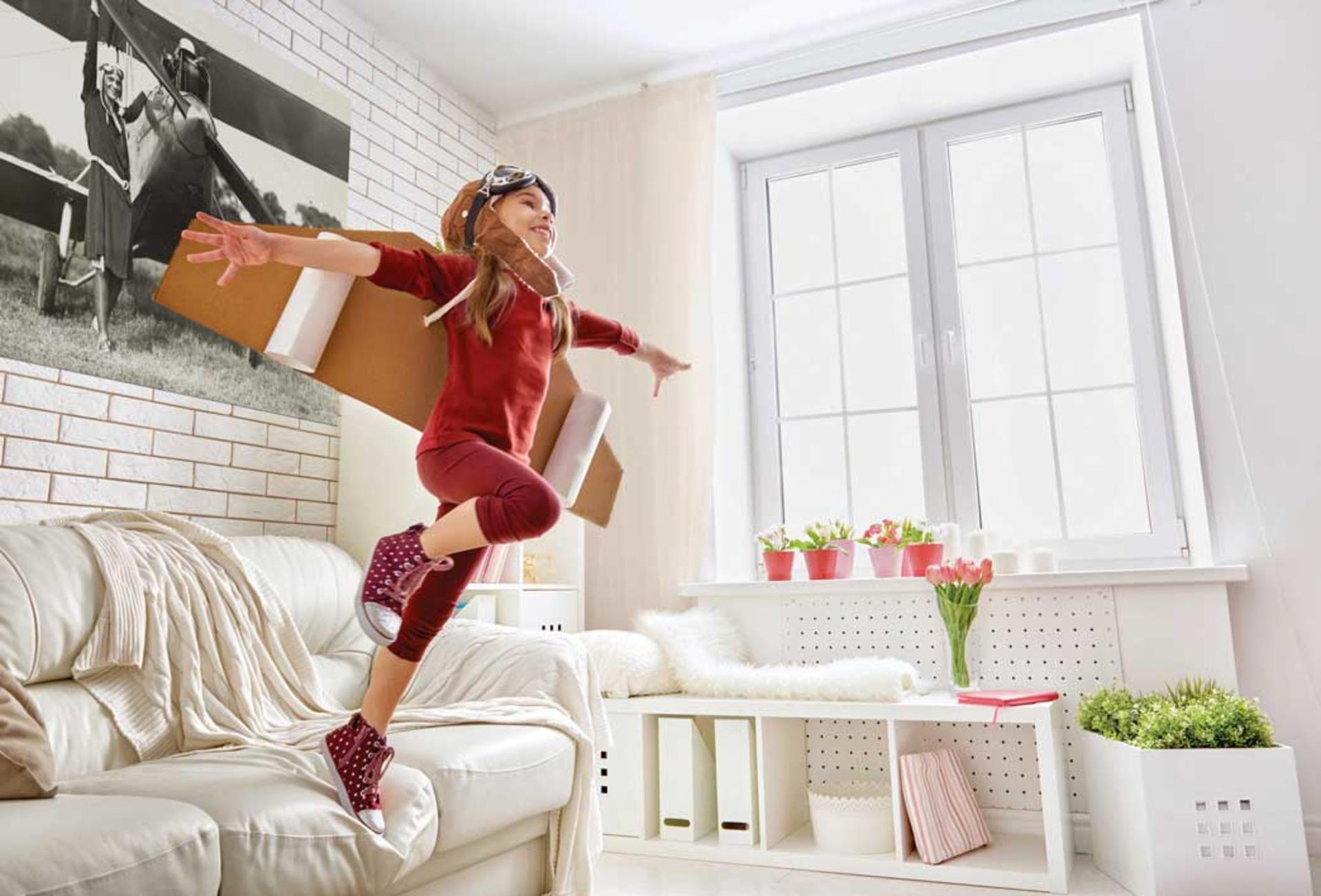 Image d'une fille qui saute d'un canapé