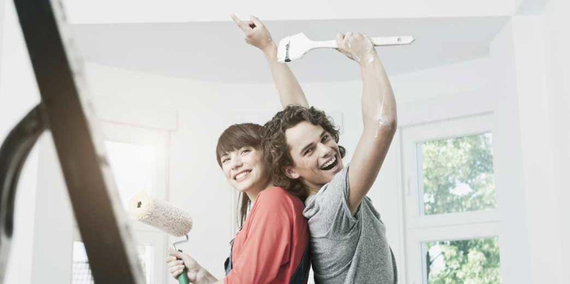 Image d'un couple faisant des travaux