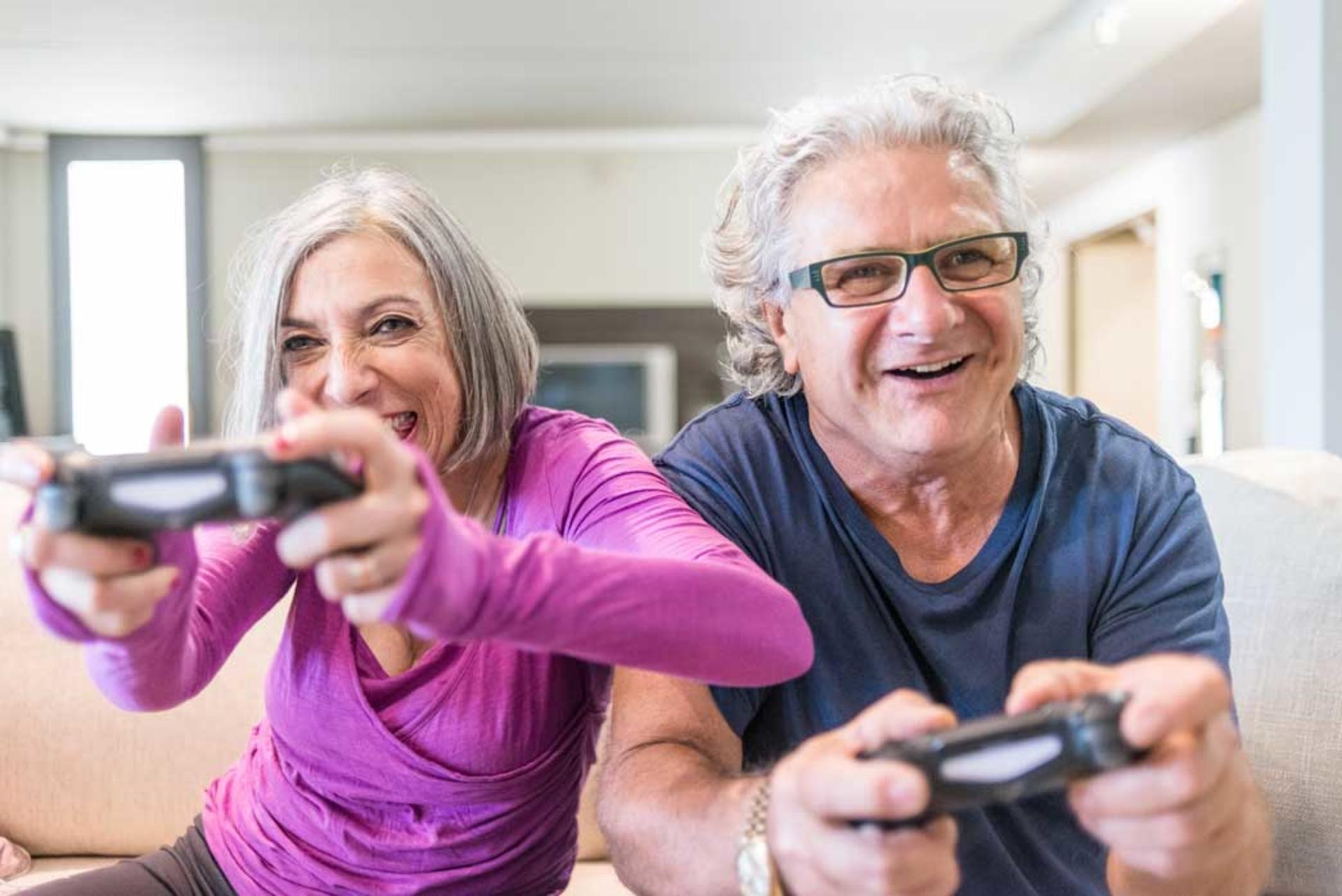 Couple de seniors qui jouent à la console
