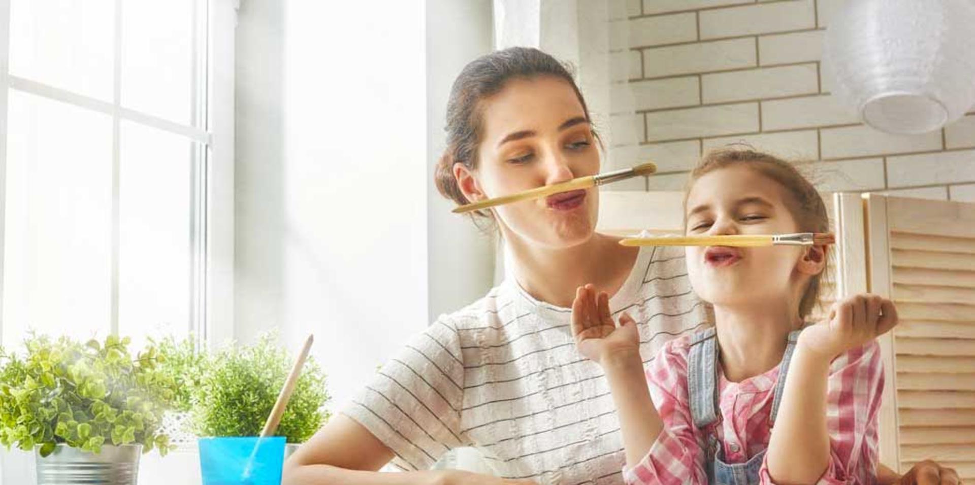 Image d'une mère et sa fille dans un atelier de peinture