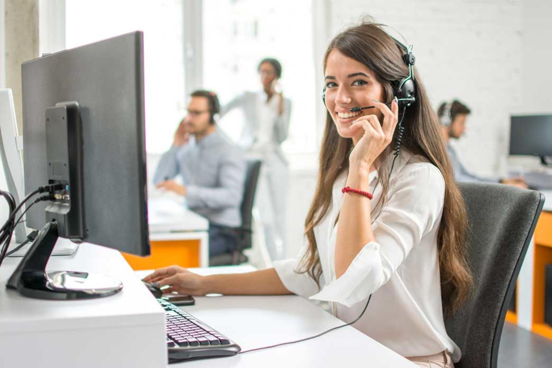 Image d'une femme au téléphone à son bureau
