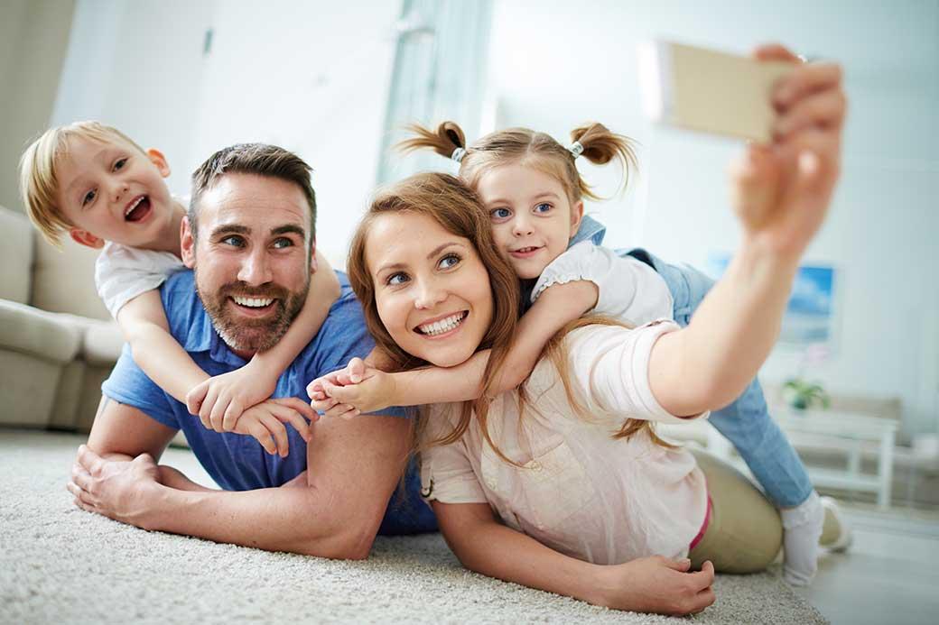 Image d'une famille qui prend une photo