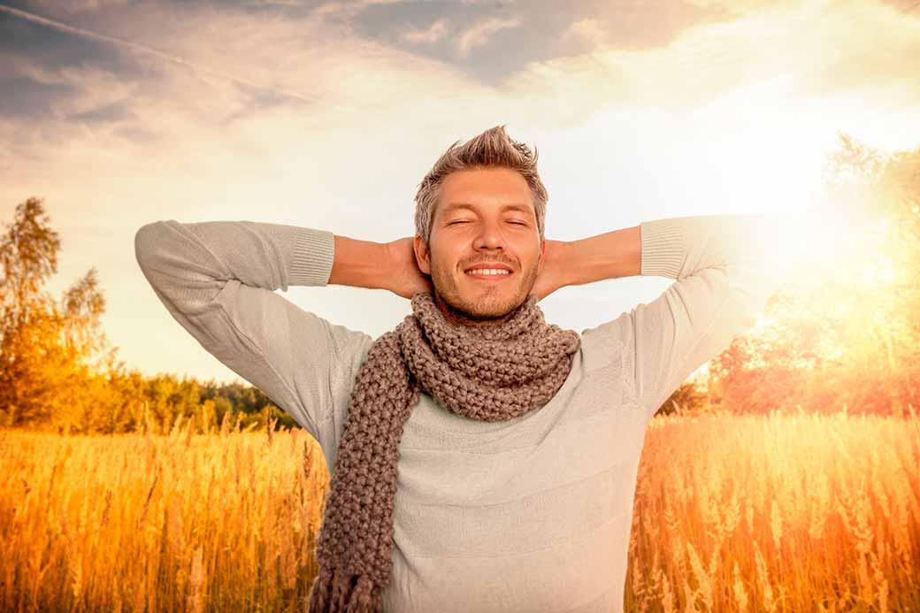 Photo d'ambiance d'un homme qui prend le soleil