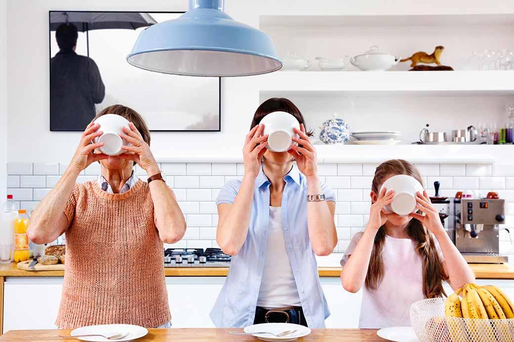 Image trois générations dans une cuisine